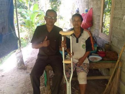 Penyerahan Donasi Tongkat Untuk Salah Satu Warga Desa Nagasepaha